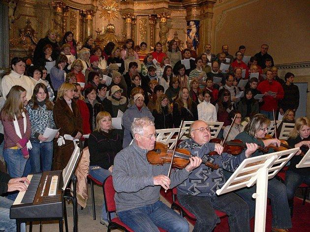 Snímek z loňského zpívání Rybovy mše vánoční šumperských zpěváků