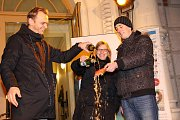 Akce Česko zpívá koledy 2017 u divadla v Šumperku byla spojená s křtem cédéčka místní kapely Fleksible.