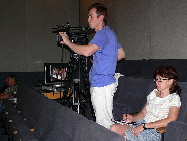 Redaktorka a kameraman zábřežského MS studia při jednání zastupitelstva