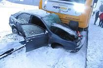 Sešrotovaný fiat po nehodě u Bartoňova