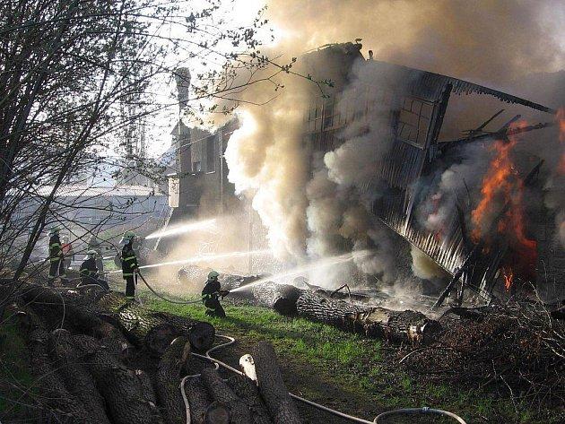Požár haly v areálu firmy Jesdrev v Jeseníku