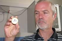 Bronislav Vavruša z Vily Doris předvádí putovní minci hry Šumperský geocaching 2012.