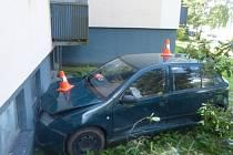 Jednašedesátiletý řidič Škody Fabia nezvládl v úterý 15. července manévr při otáčení v Dukelské ulici v Jeseníku. Naboural do vozu Kia, který stál za ním. Pak se rychle rozjel, přejel chodník a travnatý pás a naboural do zdi domu.