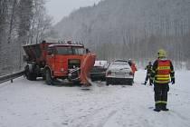 Řidič nebezpečně předjížděl v Hanušovicích na Šuimpersku Škodu Felicii, v protiměsru se střetl s vozidlem správy a údržby silnic.