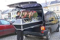Rakev s názvem firmy Wanemi byla součástí mítinku dvou zábřežských nezávislých kandidátek, které spojuje boj proti chystané stavbě papírny firmy Wanemi
