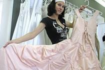 Půjčovny stavebních šatů budou mít 10. října asi volno, zájem o svatbu v datu se třemi desítkami zatím nikoho nezlákal