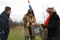 Nezbytnou výbavou účastníků Welzlova běhu je kufr, mnozí přišli také v různých maskách připomínajících polárníky. Na trati museli postupně zkonzumovat panáka slivovice, kus špeku a tvarůžek.