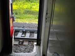 Za jízdy otevřené dveře v rychlíku R 889.