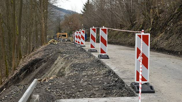 Stavbaři začali s opravou sesuté silnice u Hanušovic.