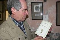 NOVÉ VYDÁNÍ. Stanton Canter přijel na týdenní návštěvu a přivezl čerstvě vydanou knihu z Ameriky.