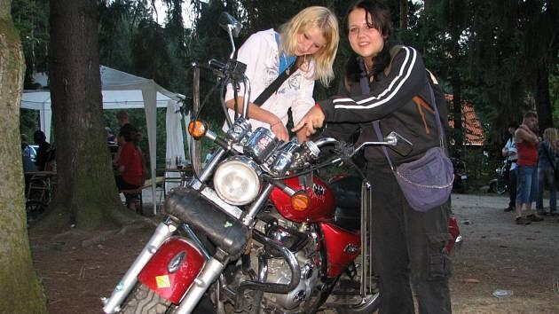 Dáša s Veronikou se na sraz těšily celý rok. Tolik motorek pohromadě nikdy neviděly.