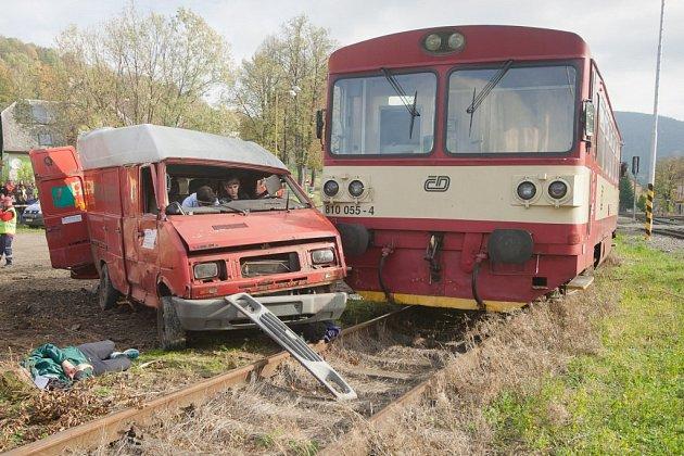 Simulovaná dopravní nehoda dodávky a osobního vlaku na železničním přejezdu v Jeseníku.