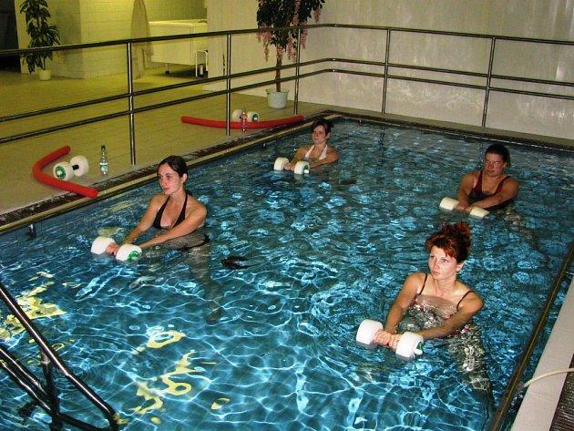 Budoucí maminky během kurzů těhotenského plavání