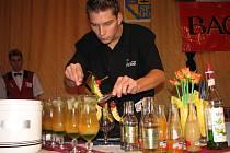 Zdeněk Průša z jesenické hotelové školy dokončuje své soutěžní drinky.
