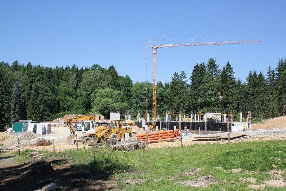 Stavba termálního parku v areálu lázní ve Velkých Losinách.
