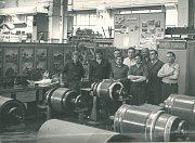 KOLEKTIV DÍLEN. Pohled do navíjárny železničních opraven vŠumperku vroce 1977.