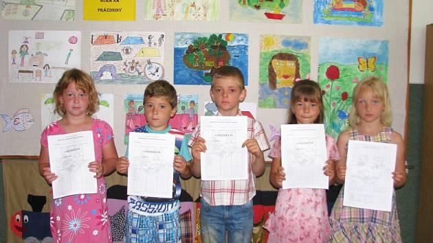 Pro své první vysvědčení si přišla i pětice prvňáčků ze Základní školy v Rohli, která je zřejmě nejmenší úplnou školou v republice.
