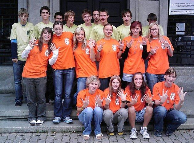 Výprava atletů šumperského gymnázia před odjezdem na finále Corny poháru.