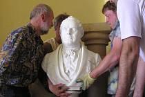 Instalace busty Franze Kleina na loučenské radnici