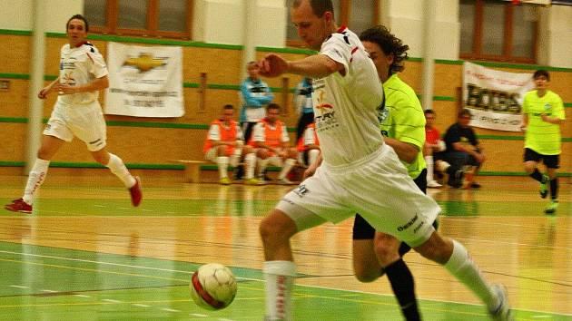 Futsalisté Delty Real (bílé dresy) rozstříleli Frýdek-Místek