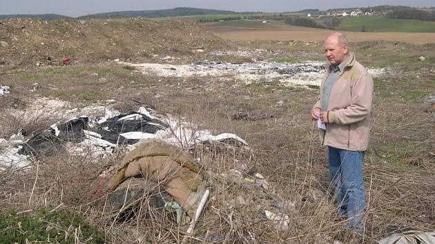 Skládka na katastru Líšnice s tunami nelegálně navelezného odpadu. Na snímku je bývalý starosta Líšnice Miroslav Stratil.