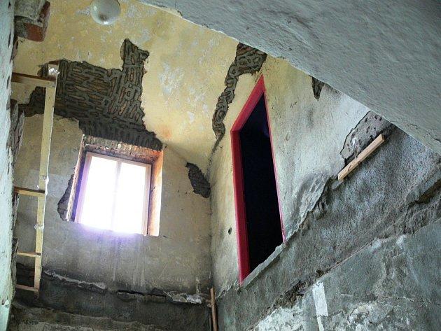 Do prvního patra synagogy se zatím dá dostat pouze po žebříku.