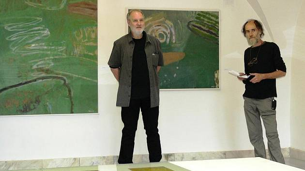 Výstava Příběhy krajiny. Autor obrazů Jiří Ptáček (vlevo)