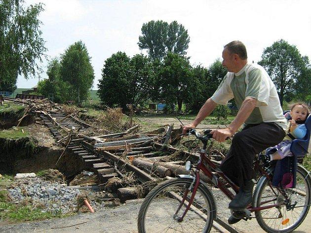 Snímek poničené železniční trati je z Bernartic