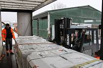 Sedmačtyřicet tun střešní krytiny, které poskytla jako dar šumperská firma Cembrit humanitární organizaci Člověk v tísni, odvezly ve čtvrtek 8. ledna tři kamiony na východ Ukrajiny postižené boji s proruskými separatisty.