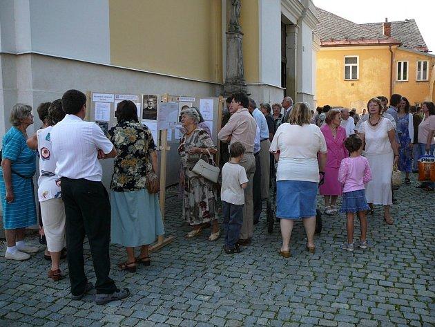 Hned při otevření si výstavu prohlédly desítky lidí.