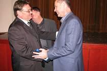 Nově zvolený starosta Mohelnice Pavel Kuba (vpravo) přijímá gratulace od svého kolegy a spoluzakladatele Mohelnické demokracie Karla Junka.