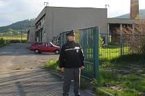 Policie vyšetřuje úmrtí muže, kterého v pátek večer našly děti v budově bývalé kotelny v Temenické ulici