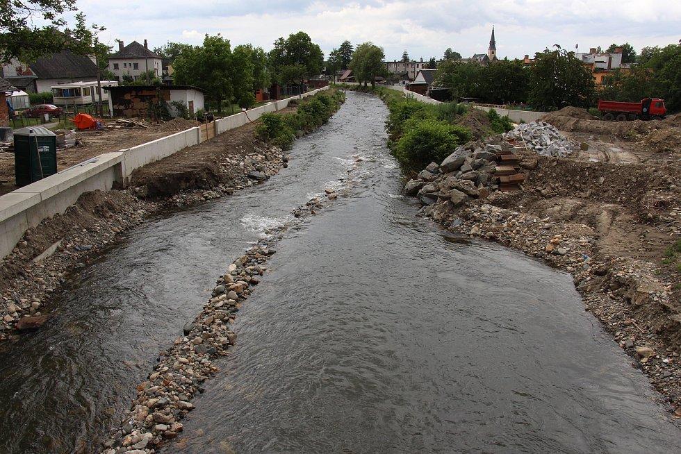 Stavba protipovodňových opatření na řece Desné - lokalita u mostu na silnici I/11 z Rapotína do Petrova.