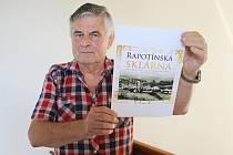 František Kašík s vizuálem obálky své publikace.