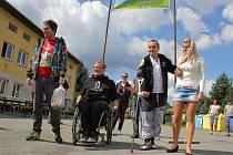 David Szotkowski (vlevo) a Miroslav Večeřa (na invalidním vozíku) získali peníze na buněčnou terapii pro Lubomíra Kopala (s berlí). Snímek ze začátku cesty v Bílé Vodě na Jesenicku.
