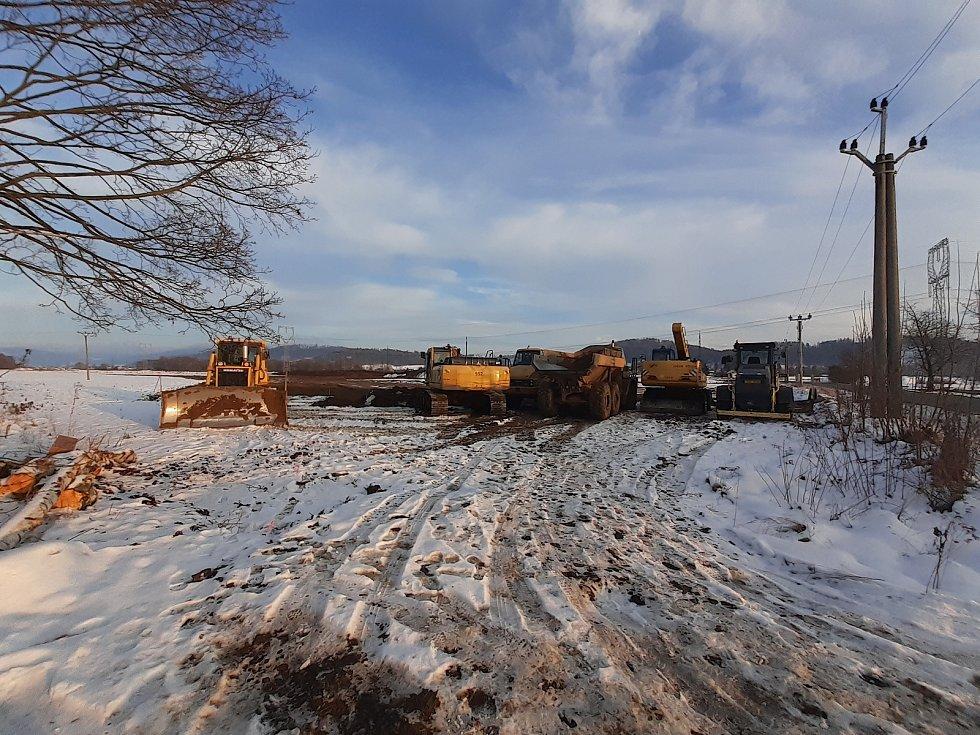 Příprava na stavbu obchvatu Bludova, práce nedaleko Sudkova.