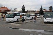 Autobusové nádraží v Šumperku bez zastřešení.