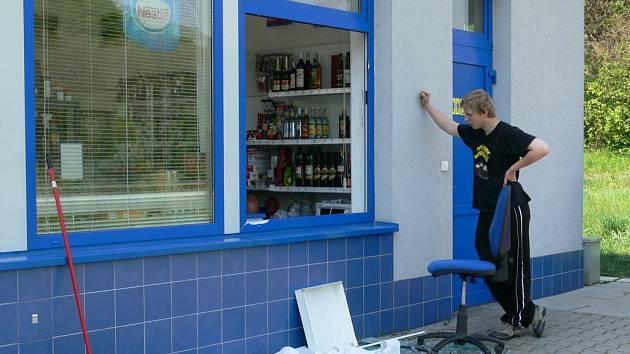 Stanice v Rudě nad Moravou byla vykradena kolem půl druhé ráno. Pachatelé rozbili okno prodejny.