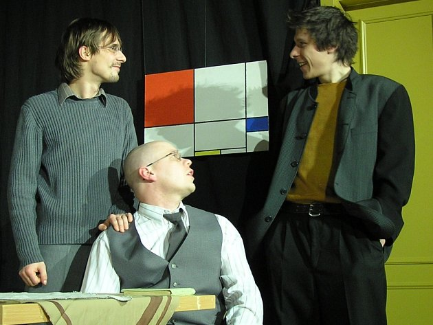 Obraz šumperských ochotníků se na Hronově líbil. Na snímku s Jiřím Tyšlicem uprostřed, vpravo Aleš Kauer, vlevo Alexandr Stankuš