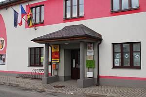 Pošta v Dolních Studénkách sídlí v prvním patře budovy obecního úřadu. Hned vedle je vchod do kanceláří obce, v přízemí se nachází knihovna, kadeřnice nebo ordinace dětské lékařky.