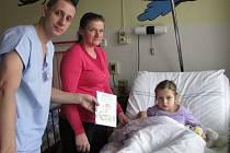 Malí pacienti hospitalizovaní na dětském oddělení Šumperské nemocnice dostaly k Vánocům knihu Pohádky a pověsti Rychlebských hor.