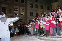 Motýli zpívali u radnice pro děti z kojeneckého ústavu