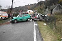 Obě vozidla byla po srážce hodně zdemolovaná.  Zranění utrpělo šest lidí.