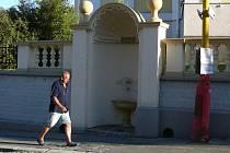 Opravená kašnička v opěrné zdi u kostela v Zábřehu už zase nabízí pitnou vodu.