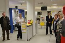 Po měsíční rekonstrukci se v pondělí 30. listopadu zákazníkům České pošty v Zábřehu otevřely zbrusu nové prostory s moderním vybavením. Interiér pošty se proměnil k nepoznání.