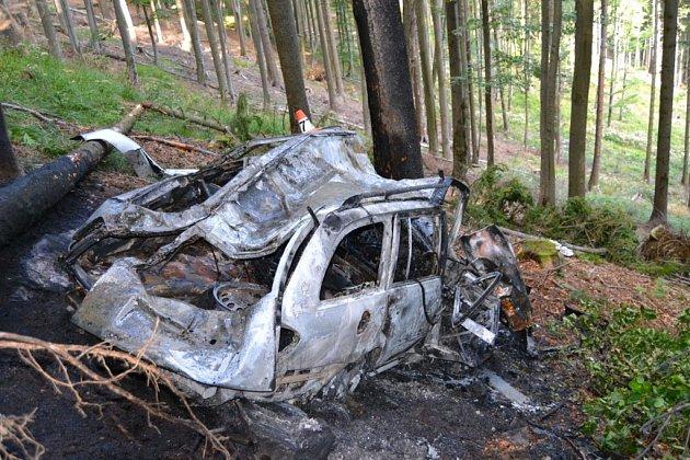 Snímky ohořelého vraku auta, ve kterém uhořel řidič.