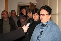 Valentina Pestrova se svou dcerou, zetěm a synem při přivítání na jesenické radnici.