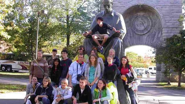 Na snímku jsou čeští studenti u pomníku Nikoly Tesly v  Niagara Falls.