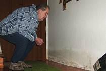 Ladislav Váša sleduje vlhkou zeď