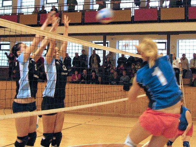 Volejbalistky Šumperka proti Dolnímu  Újezdu  (Šumperk černé trenýrky)